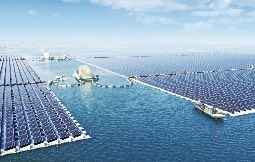 Плавучие солнечные фермы могут помочь уменьшить воздействие изменения климата на озера и водохранилища.